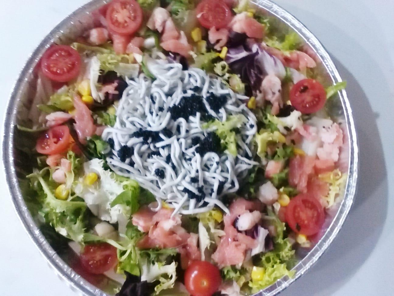 Ensalada de gulas, caviar y salmon